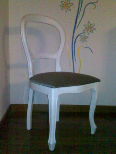 Sedia con struttura in legno. <br/> Finitura Laccata bianca opaca. <br/> Seduta imbottita in tessuto damascato